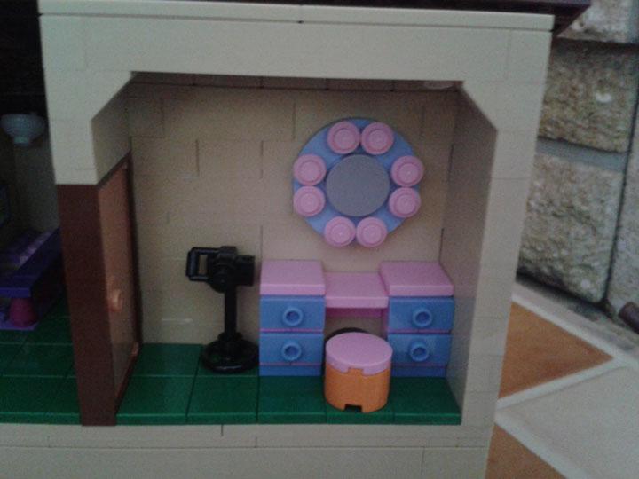 chambre-Lisa-coiffeuse-maison-lego-simpsons